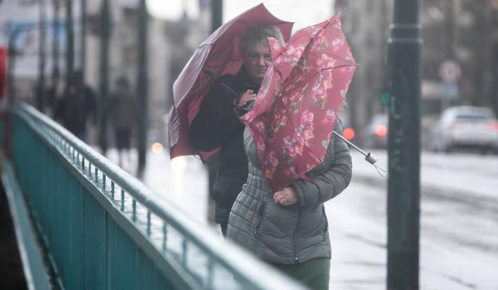 Film do artykułu: Sztorm Dennis w Europie. Wiatr wieje z dużą siłą! To kolejne takie zjawisko po niżu Sabina i orkanie Ciara. Są ostrzeżenia IMGW [17.02.2020]