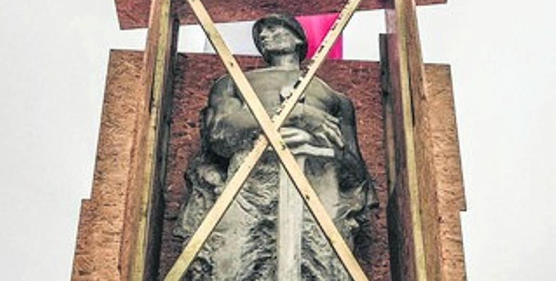 Kopia postaci Żołnierza Polskiego po 11 listopada została zabezpieczona deskami