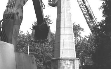 Pomnik Wdzięczności został odsłonięty 9 maja 1946 roku. Decyzja o jego rozbiórce zapadła w roku 1997.  Miało pójść gładko szybko, okazało się jednak,