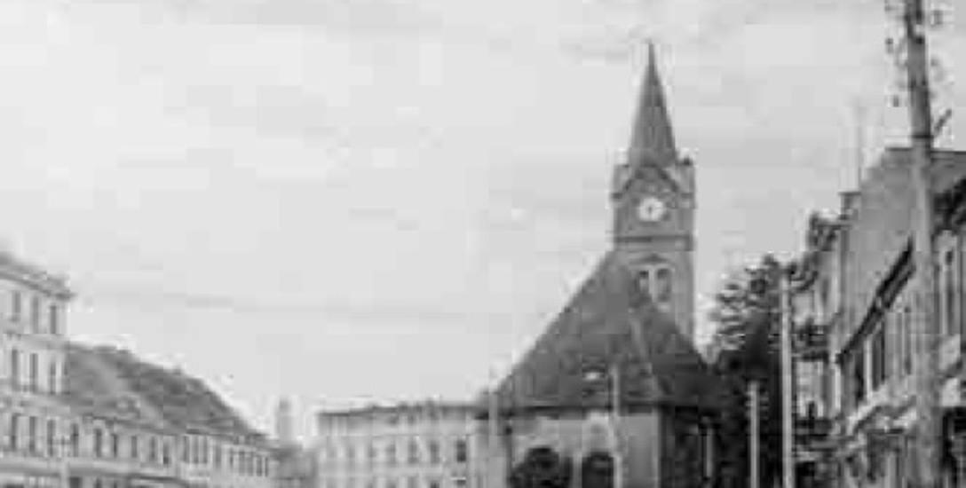 Miastecki rynek w 1903 roku. W środku kościół, a przed dnimpomnik Bismarcka
