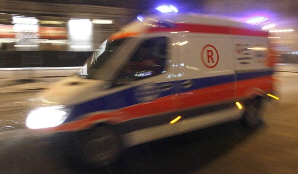 Film do artykułu: Nocny wypadek w Końskich - zderzyły się bmw i volkswagen. Pięć osób trafiło do szpitala!
