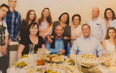 W ubiegłym roku rodzina Tomczaków i Mozesów spotkały się po latach. Bogumił i Martin siedzą w środku.