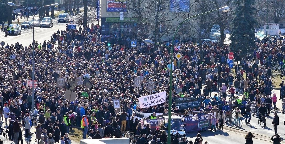 Mielczanie mają dosyć Kronospanu i urzędników. Tysiące osób wyszło protestować na ulice miasta