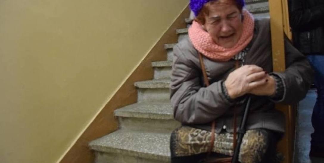 Kiedy ona koczowała kilka dni na schodach, on leżał w domu martwy