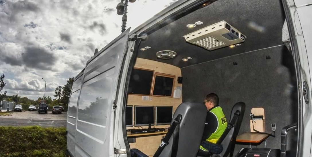 """Bydgoszcz przeznaczyła 65 tysięcy złotych na modernizację policyjnego auta z kamerami na dachu. Auto wciąż stoi w siedzibie """"drogówki""""..."""