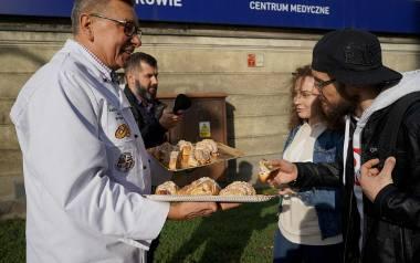 Poznańscy cukiernicy częstowali przechodniów rogalami świętomarcińskimi
