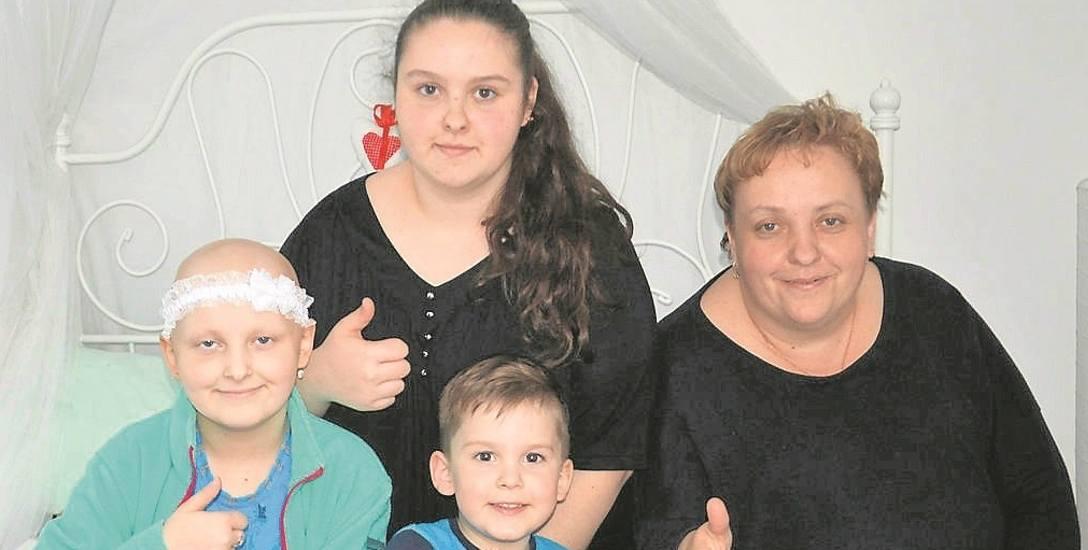 Szczęśliwa Sara w towarzystwie mamy Agnieszki, siostry Izy i małego brata Filipa. Na zdjęciu rodziny Niziołów brakuje tylko taty, który pracuje jako