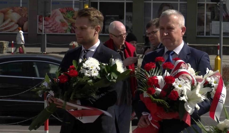 Film do artykułu: 8. rocznica katastrofy smoleńskiej. Złożenie kwiatów przed pomnikiem (wideo)