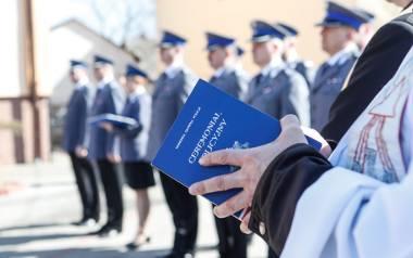 Prawie 550 kapelanów w służbach mundurowych, prawie 400 na etatach. Są w policji i straży, ale także w skarbówce. Ile zarabiają, co robią?
