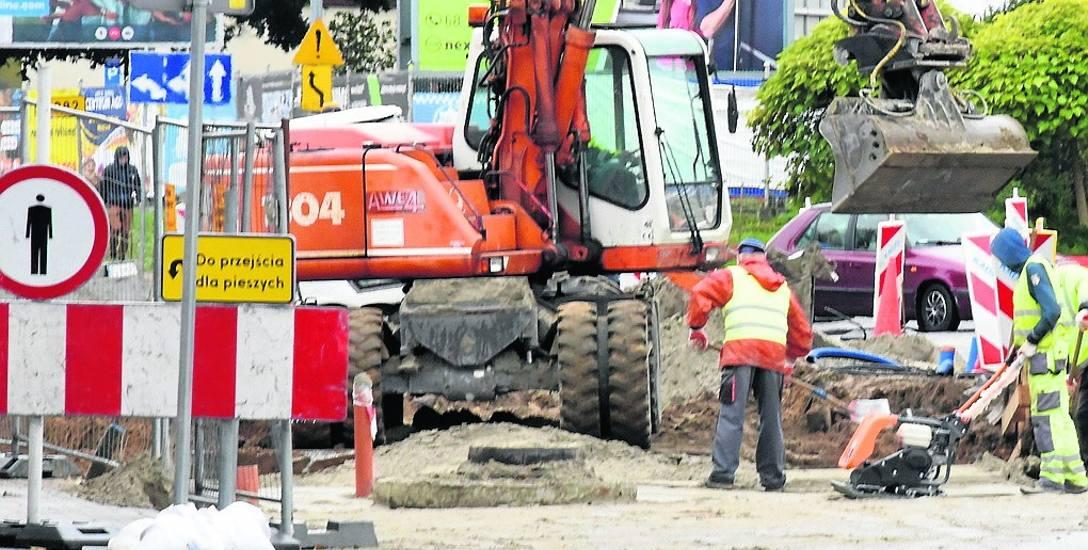 Trwają intensywne prace zarówno przy budowie nowej galerii handlowej przy ulicy Wrocławskiej, jak i ronda, które ma usprawnić przejazd w tej części Zielonej