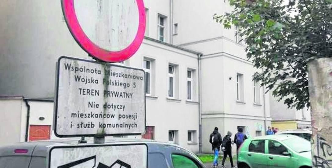 Przy wjeździe na wiele podwórek są znaki zakazu ruchu. Część kierowców ich jednak nie przestrzega