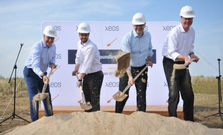 Pierwszą łopatę pod budowę zakładu wbił m.in. Thomas Boetger, dyrektor zarządzający XEOS (z prawej)