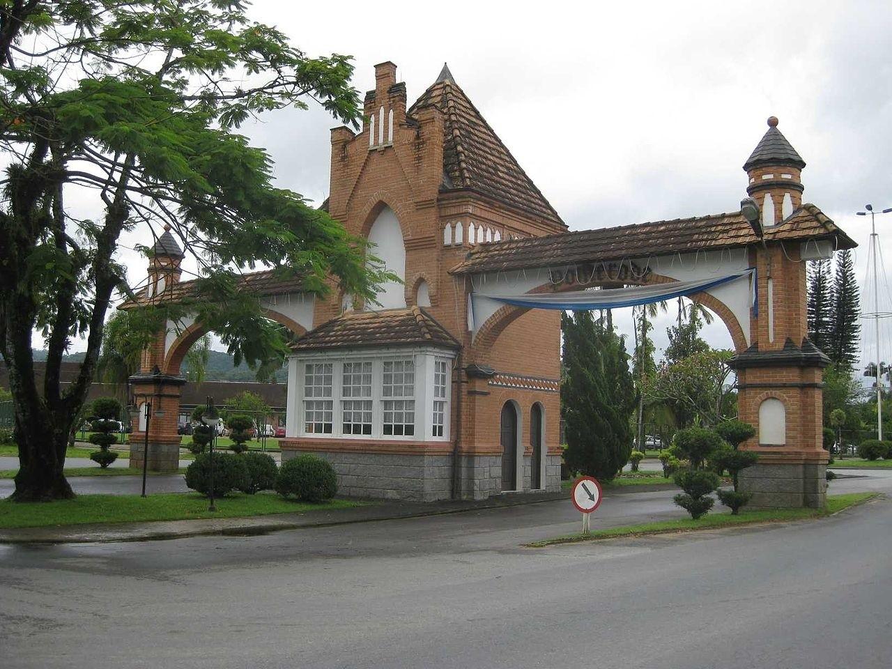 Ozdobny portal został nazwany Portico do Imigrante (Brama Imigrantów), a powstał w północnych rejonach miasta na drodze prowadzącej do miasta
