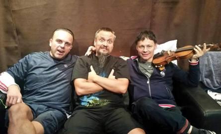 Jelonek na nagraniach z częścią ekipy Farben Lehre. Z lewej basista, Filip Grodzicki, z prawej wokalista, Wojciech Wojda.