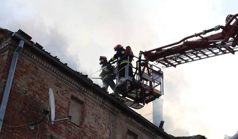 Film do artykułu: Choszczno. 18 zastępów straży pożarnej walczyło z ogniem, który wybuchł w pałacu w Kolsku