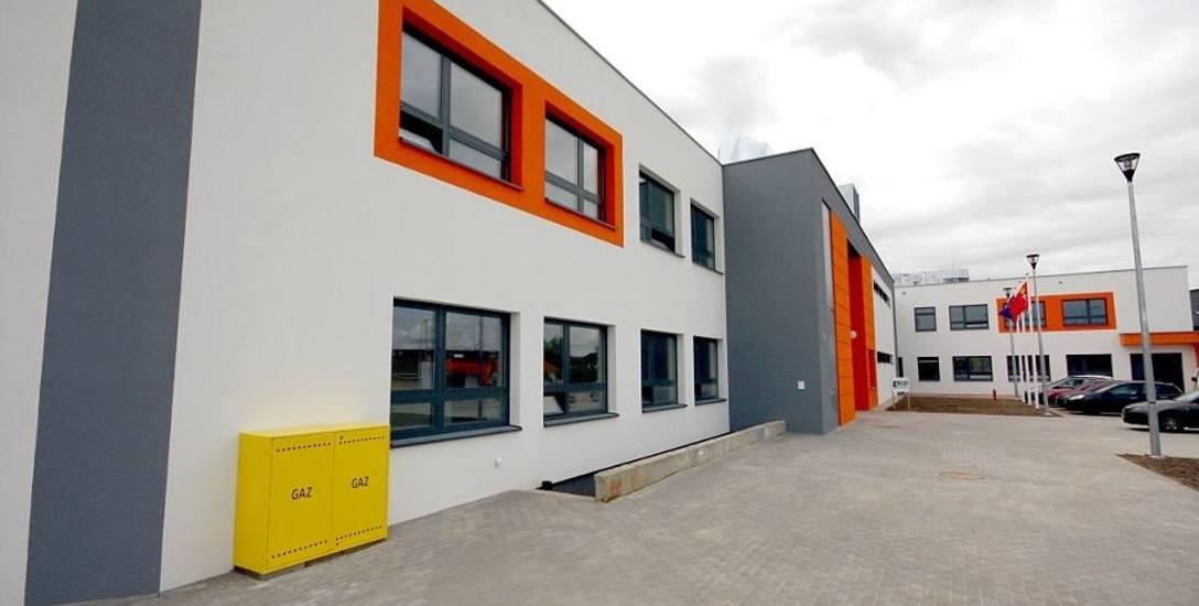 Szkoła w Kowalach jest bliźniaczo podobna do tej w Kokoszkach.