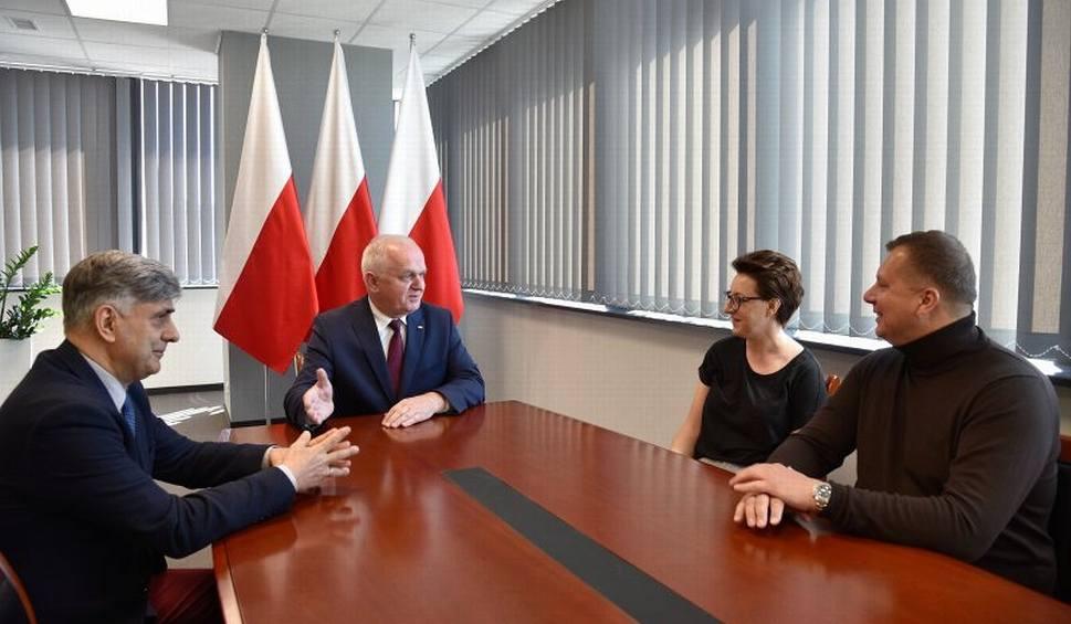Film do artykułu: Wojewoda lubuski Władysław Dajczak spotkał się z prezesem Stali Gorzów Markiem Grzybem, a Szymon Woźniak szykuje się do treningu