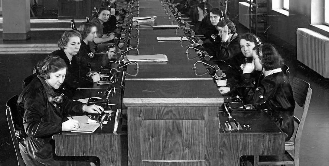 Pierwsze centrale telefoniczne obsługiwane były ręcznie przez specjalnie kształcone telefonistki