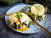 Życie ze smakiem. Szparagi z jajkiem w koszulce i sosem holenderskim