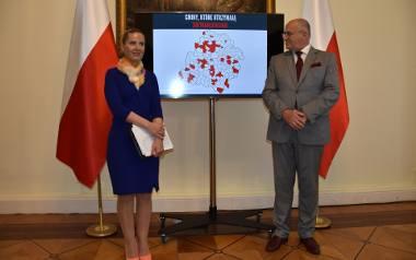 Wojewoda Zbigniew Rau i Bogumiła Kapusta z Wydziału Infrastruktury i Rolnictwa Łódzkiego Urzędu Wojewódzkiego przedstawili listę projektów, które zostaną