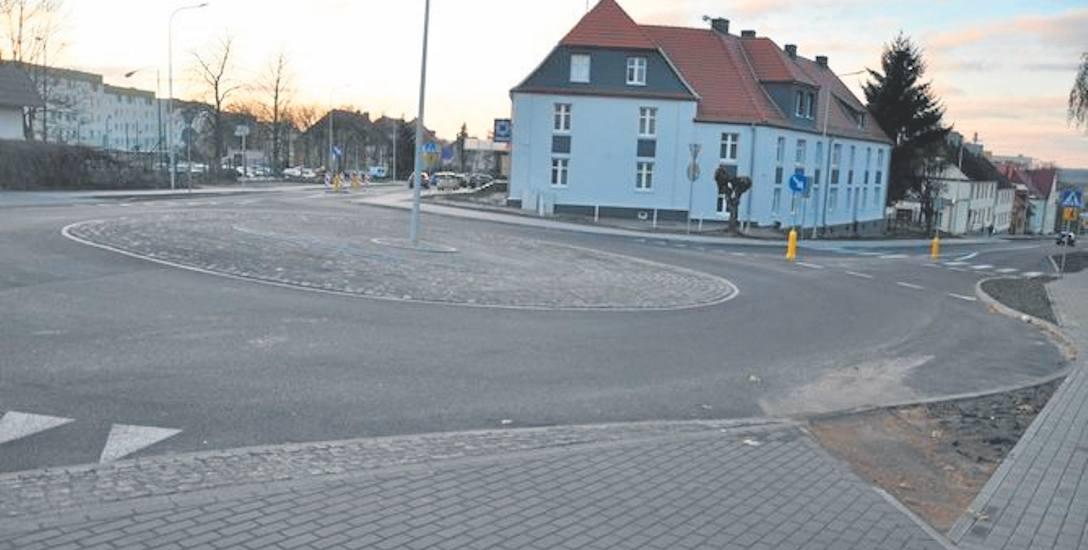 Wyremontowana powiatowa  ulica Kombatantów z rondem w Świdwinie