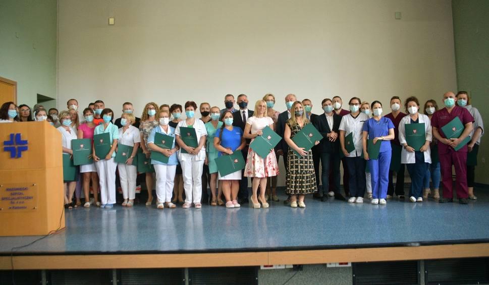 Film do artykułu: Pracownicy szpitala na radomskim Józefowie otrzymali podziękowania za walkę z koronawirusem dla władz samorządu Mazowsza