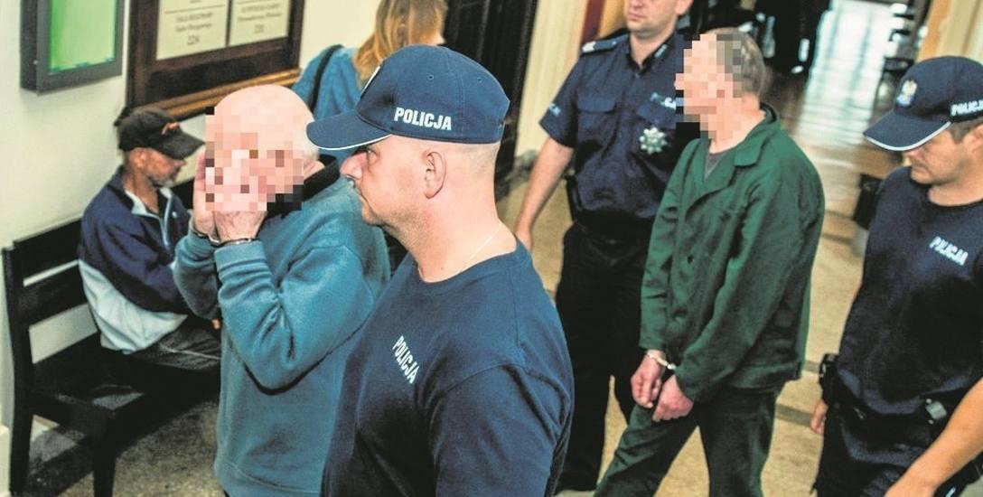 Henrykowi B. (na zdjęciu idzie z przodu) grozi nawet kara dożywotniego więzienia za dopuszczenie się kolejnego zabójstwa. Mężczyzna już raz został skazany