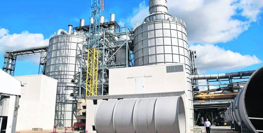 Ostatnie elementy mokrego elektrofiltra czekają na montaż na terenie szczecineckiej fabryki Kronospan - w tle gotowe już urządzenia nowej instalacji