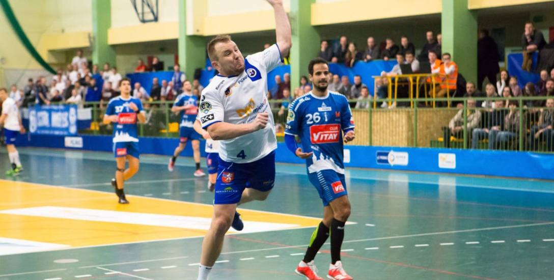 Łukasz Jansyt (przy piłce) w tym sezonie w barwach SPR Stali Mielec wystąpił w 24 meczach i rzucił w nich 85 bramek.