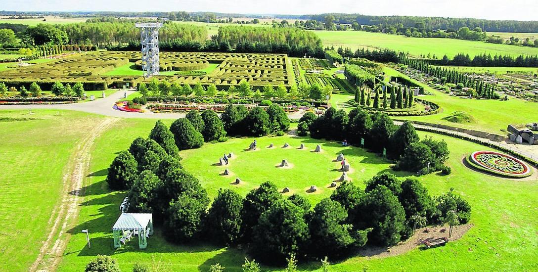 W ogrodzie warto zobaczyć  magiczny kamienny krąg, który odtworzył radiesteta Jan Zalewski