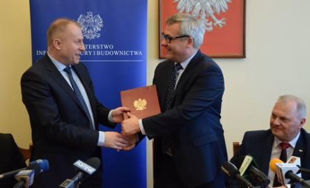 Krzysztof Kondraciuk dyrektor GDDKiA (z lewej) ma zielone światło na ogłoszenie przetargu obwodnicy Łomży. Minister Jerzy Szmit (z prawej), składając