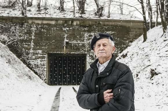 - Czuwała nade mną Opatrzność - mówi Tadeusz Lutak. Na zdjęciu przed schronem Hitlera w Strzyżowie