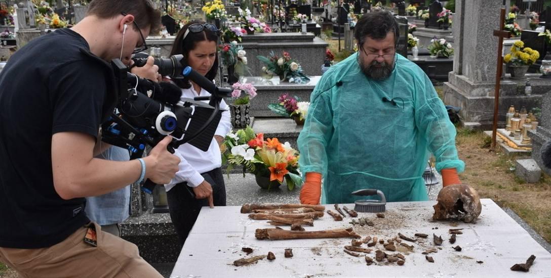 Znalezione w tajemniczym grobie kości, m.in. na potrzeby filmu, przebadał prof. Tomasz Konopka