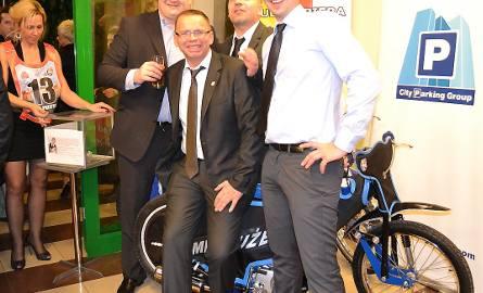 Przy motocyklach chętnie forografowali się sponsorzy oraz Piotr Szymański, przewodniczący GKSŻ (w środku, z przodu)