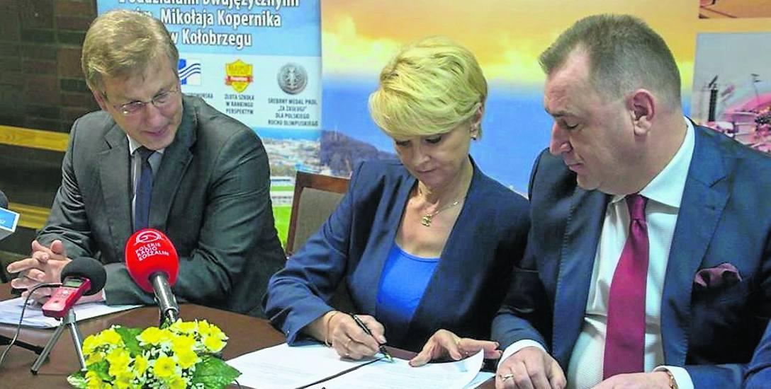 Akt notarialny przekazania pomieszczeń wygaszanego gimnazjum podpisała przekazująca je prezydent Anna Mieczkowska i reprezentujący nowego właściciela
