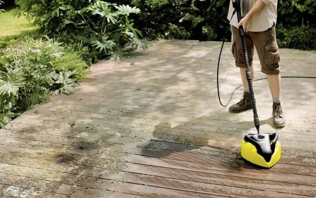 Myjka ciśnieniowa doskonale radzi sobie z usuwaniem brudu nawet z powierzchni ryflowanych.