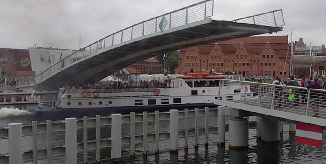 Na zapisie z miejskiego monitoringu widać, jak statek wycieczkowy Danuta prześlizguje się pod zwodzoną kładką na Ołowiankę