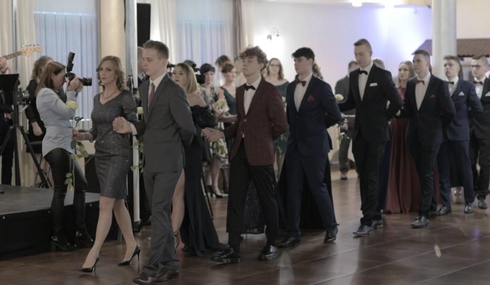 Film do artykułu: Studniówka 2020 II Liceum Ogólnokształcącego w Końskich. Wspaniała zabawa i widowiskowy polonez (WIDEO, zdjęcia)