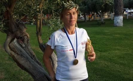 Jolanta Witczak ze statuetką za ukończenie Spartathlonu