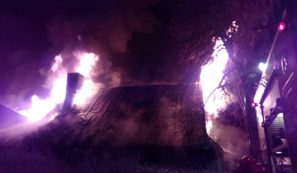 Film do artykułu: Pożar domu obok osiedla Sieje w Kielcach. Ogień rozprzestrzeniał się błyskawicznie. Strażacy musieli chronić inne budynki