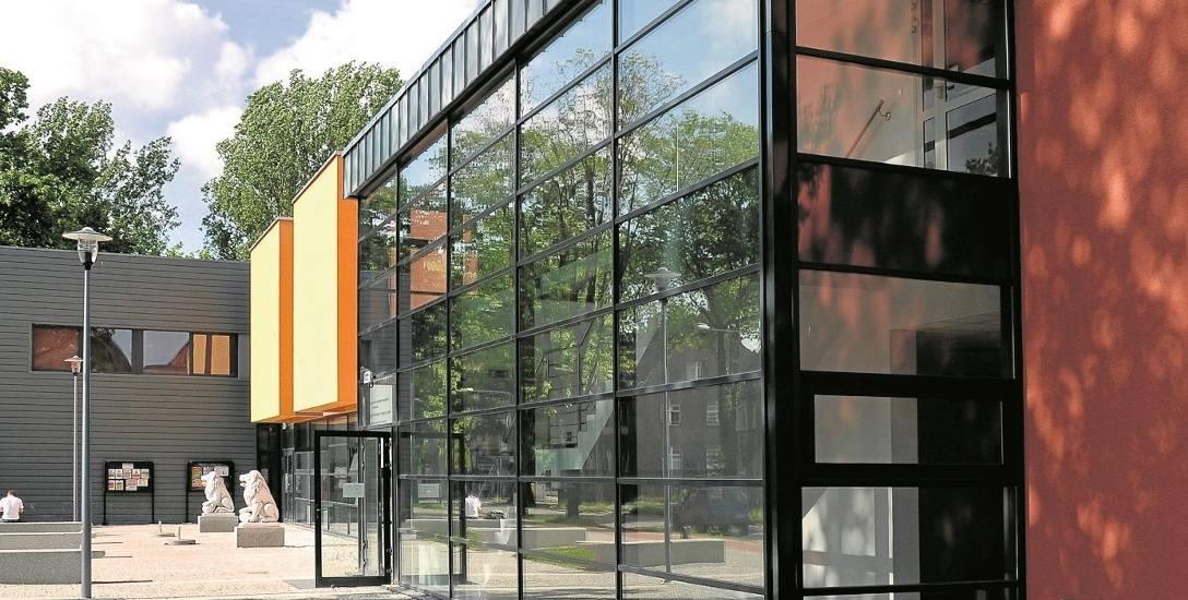 Hala sportowo - widowiskowa przy ul. Bohaterów w Lubsku. Miejscowe centrum rekreacji i popularna kręgielnia odwiedzana tłumnie przez dzieci i młodzież