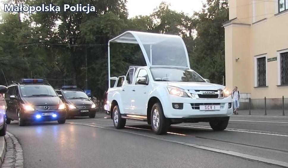 Film do artykułu: Kraków. Papamobile i papieska kolumna wjechała na Franciszkańską [WIDEO]