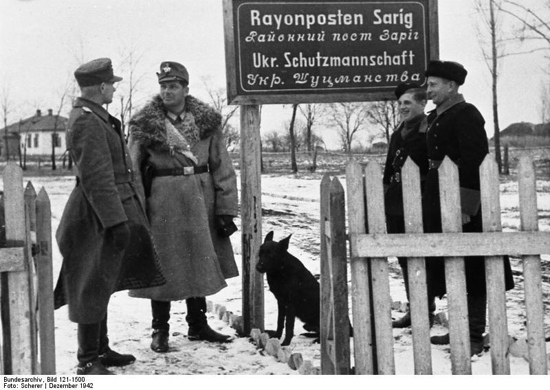 Policjanci ukraińscy i niemieccy koło Kijowa, grudzień 1942 roku