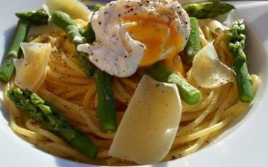 Makaron spaghetti ze szparagami i jajkiem w koszulce.