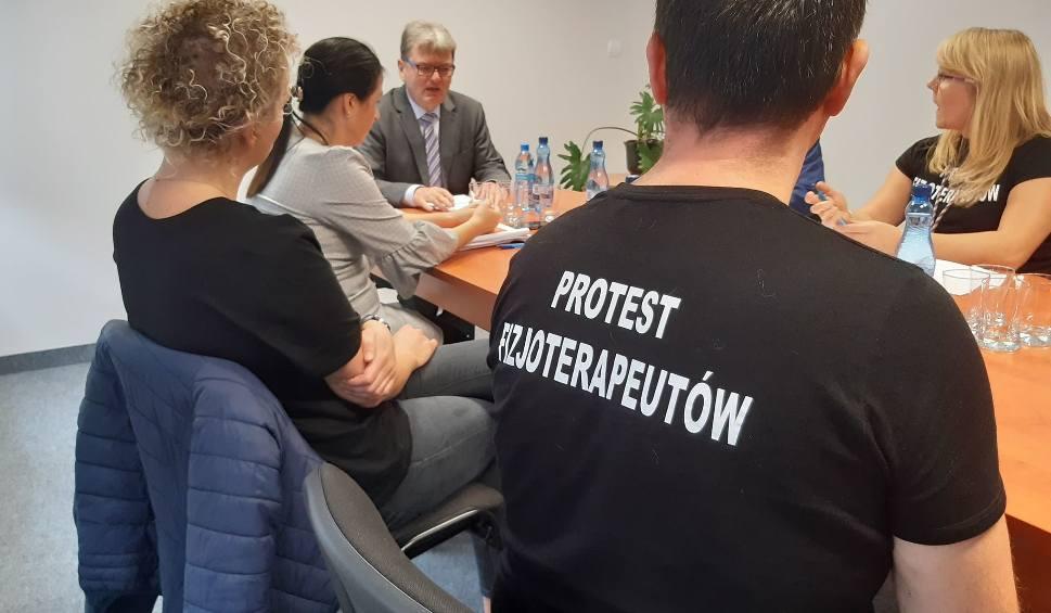 Film do artykułu: Akcja protestacyjna fizjoterapeutów. W poniedziałek część z nich nie przyjdzie do pracy w szpitalu