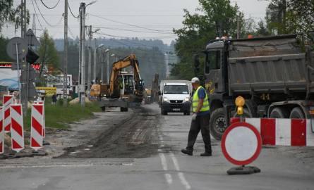 Uwaga na utrudnienia! Drogowcy zamknęli jeden pas ulicy Zagnańskiej w Kielcach. Na ulicy Witosa tworzą się korki