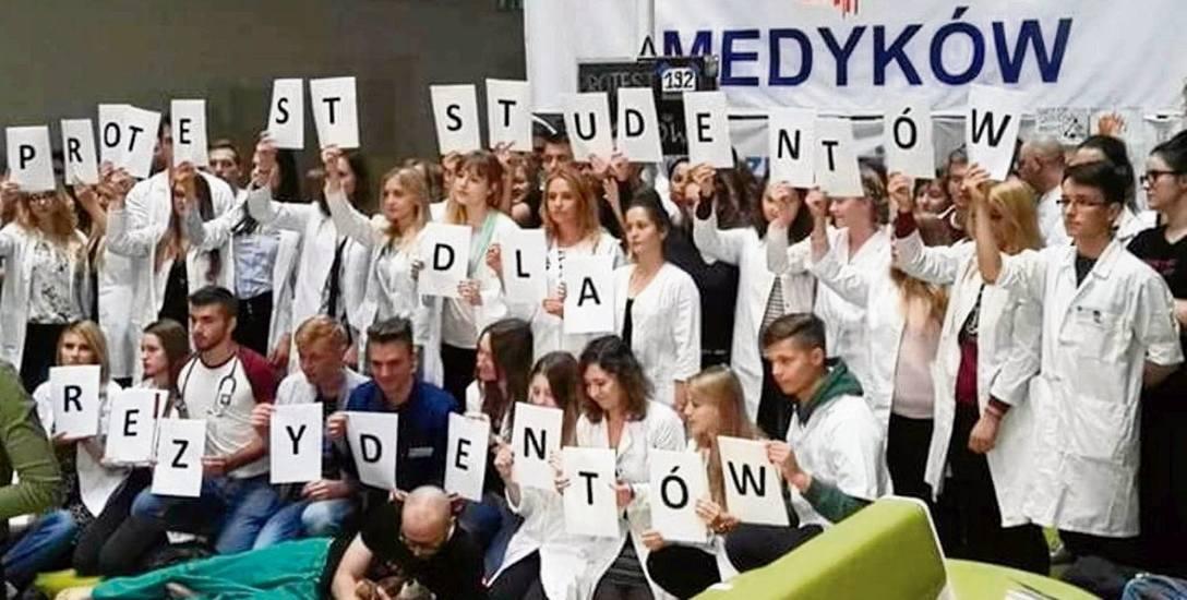 Studenci kierunku lekarskiego z Uniwersytetu  Medycznego w Białymstoku utożsamiają się z głodującymi rezydentami