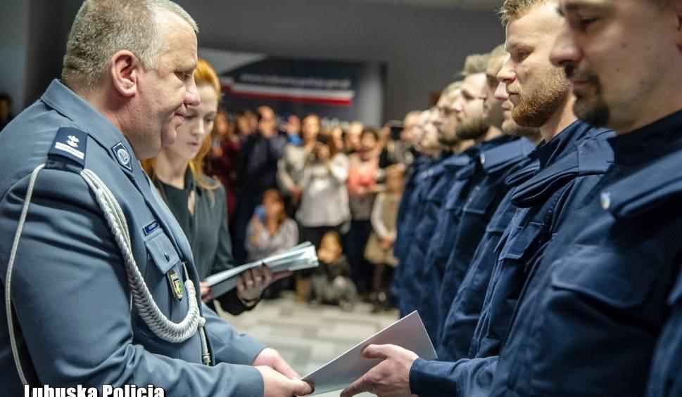 Film do artykułu: 30 nowych funkcjonariuszy lubuskiej policji ślubowało na sztandar. Zobaczcie zdjęcia i wideo