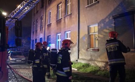 Pożar mieszkania na Piasta w Łodzi. Ewakuacja kilkudziesięciu osób, kilka osób rannych