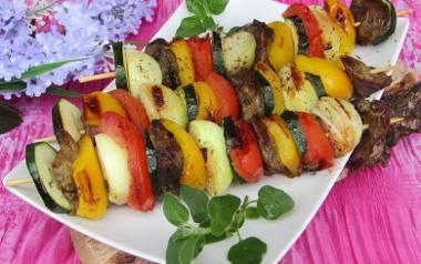Grillowane szaszłyki z wątróbką i warzywami.
